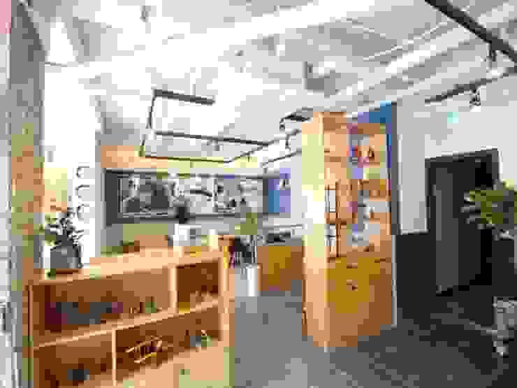 커피숍 내부 인테리어: STORY ON INTERIOR의 현대 ,모던