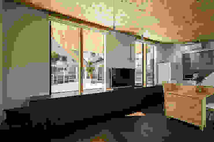 Salas / recibidores de estilo  por 建築設計事務所SAI工房, Moderno