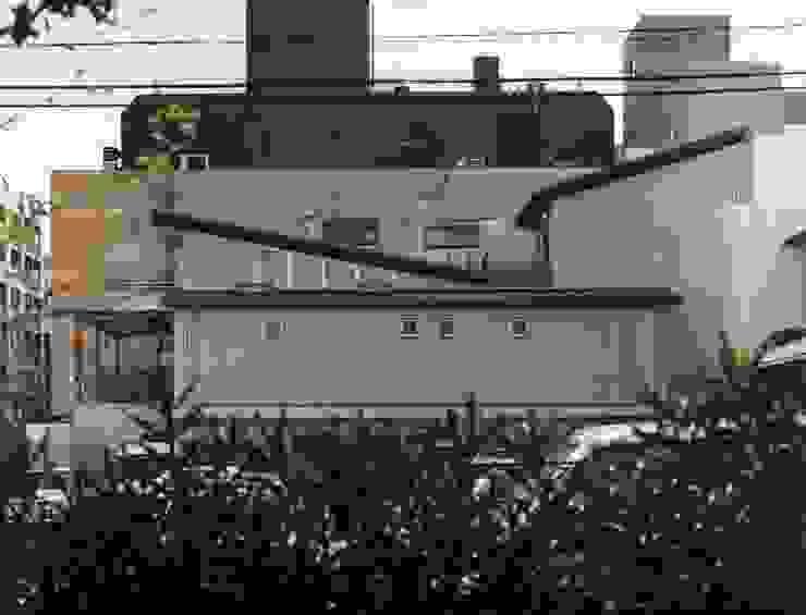 north facade インダストリアルな 家 の H.Maekawa Architect & Associates インダストリアル