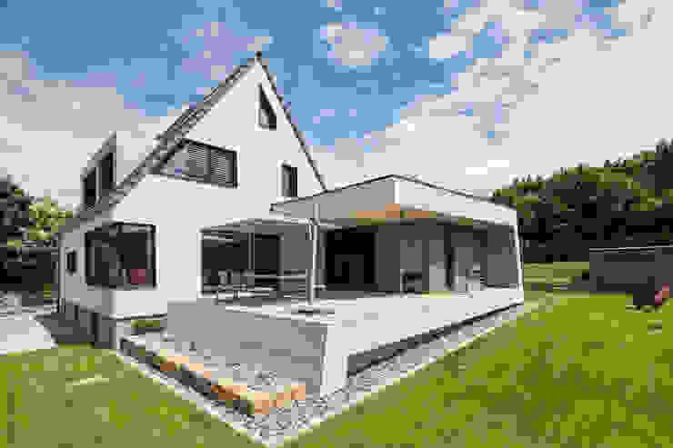 Außenansicht mit Terrasse Moderne Häuser von wukowojac architekten Modern