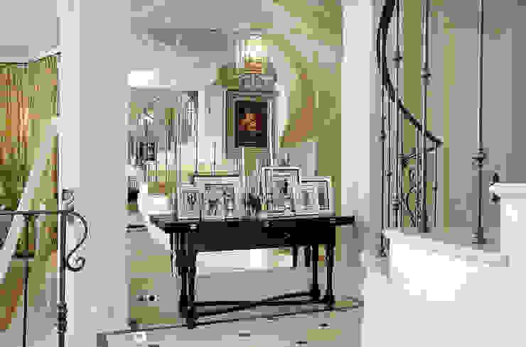Pasillos y vestíbulos de estilo  de DecorAndDesign, Clásico