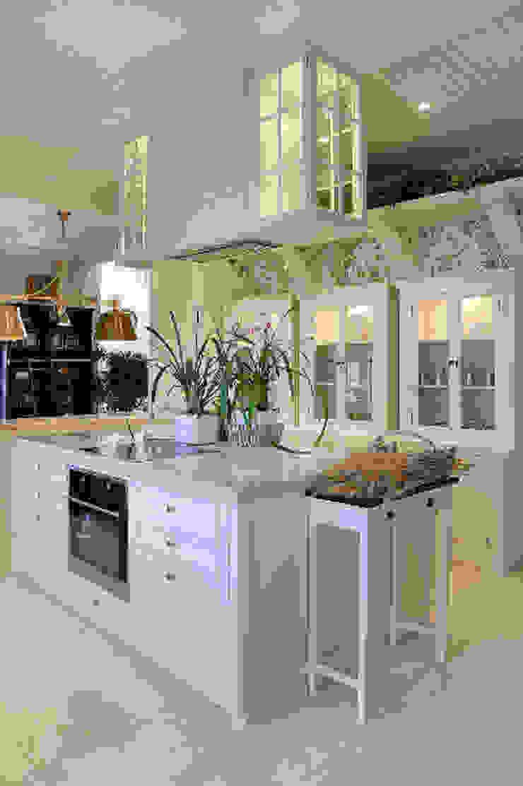 Гринфилд Кухня в классическом стиле от DecorAndDesign Классический