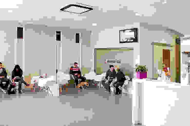 Sala de espera y sala de conferencias Oficinas y tiendas de estilo moderno de Coup de Grâce design & events Moderno