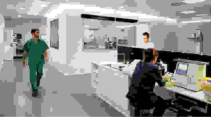 Detalle de mesa de laboratorio Oficinas y tiendas de estilo moderno de Coup de Grâce design & events Moderno