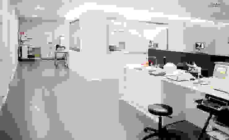 Diseño mesa de laboratorio Oficinas y tiendas de estilo moderno de Coup de Grâce design & events Moderno