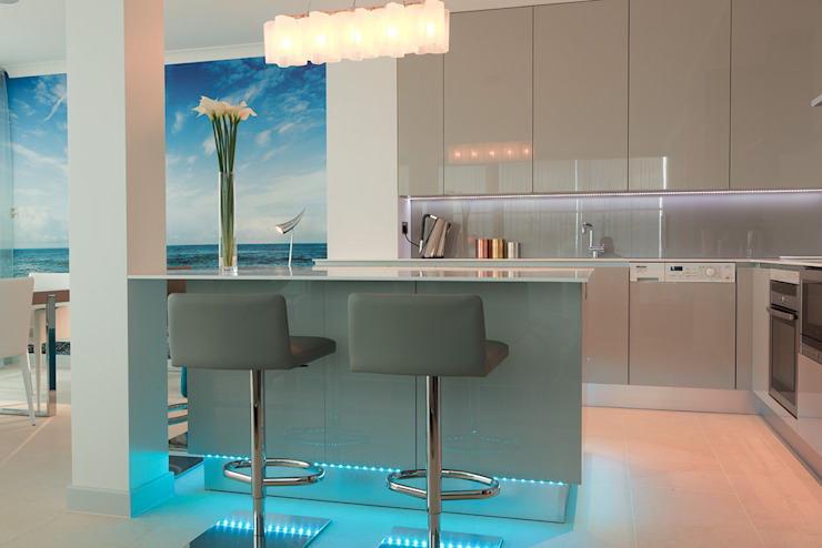London Docklands penthouse Modern kitchen by At Home Interior Design Consultants Cambridge Modern