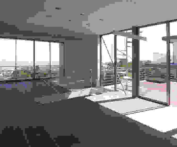Modern media room by 株式会社 コンパス建築工房 Modern