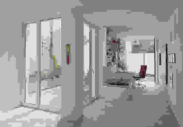 Marie-Theres Deutsch Architekten BDA Modern corridor, hallway & stairs