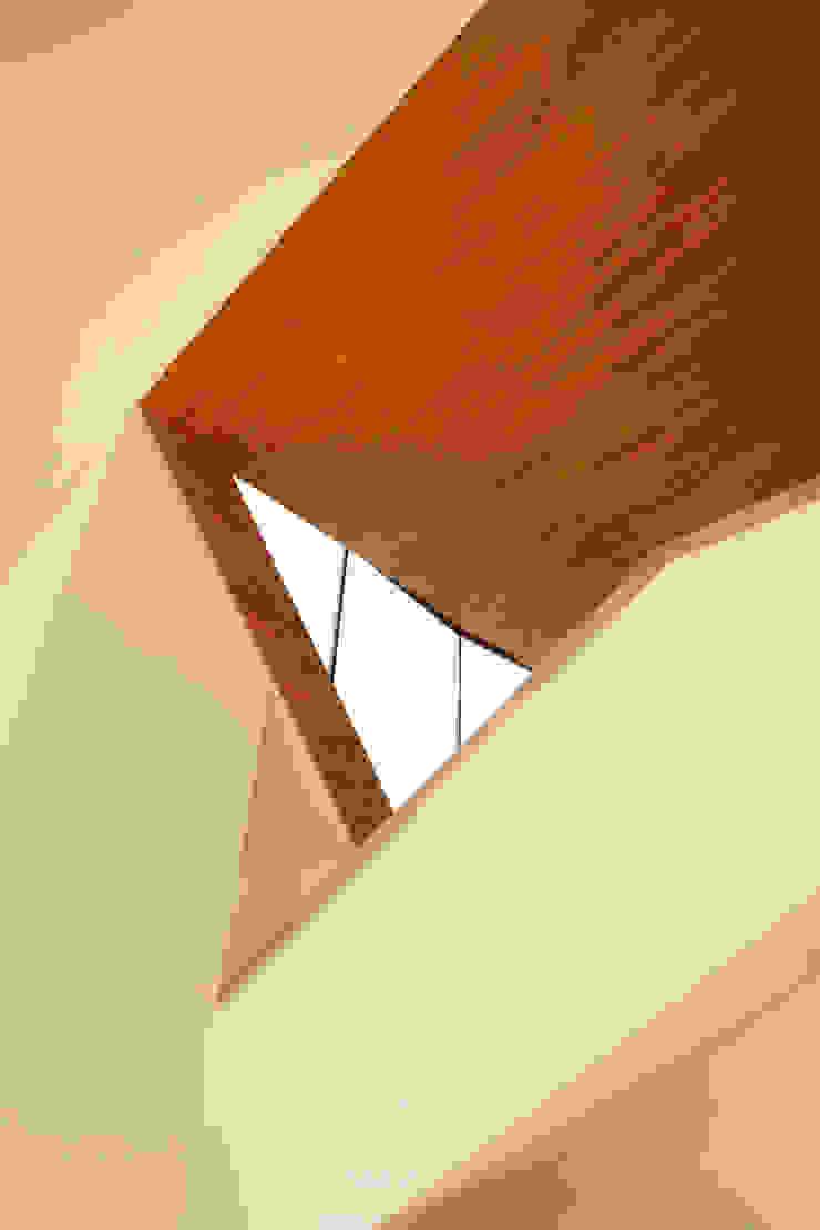 TWO BARNS HOUSE Nowoczesny korytarz, przedpokój i schody od RS+ Robert Skitek Nowoczesny