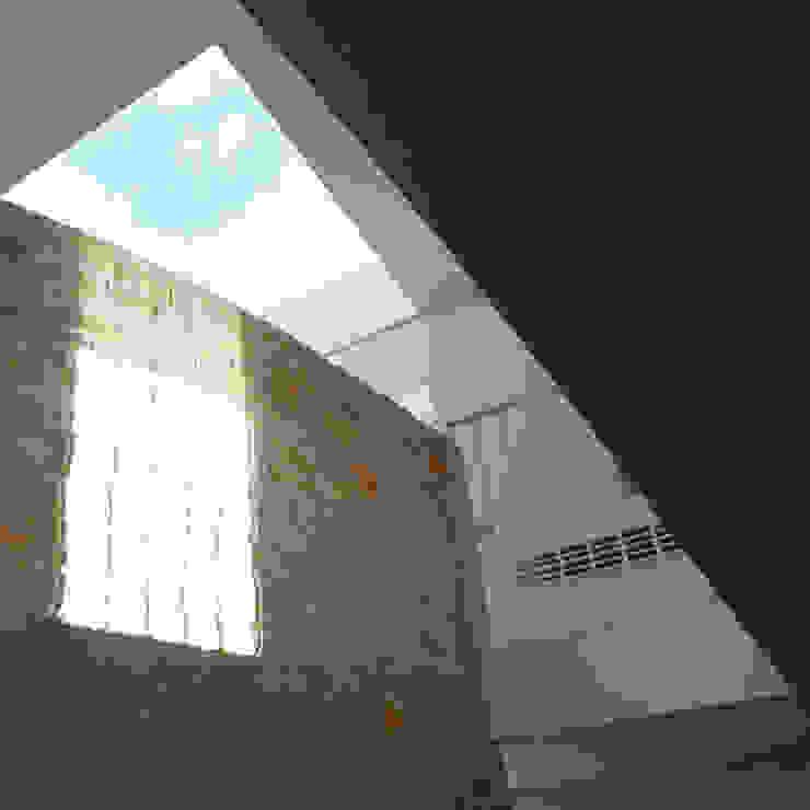 luce e materia Case in stile mediterraneo di m12 architettura design Mediterraneo