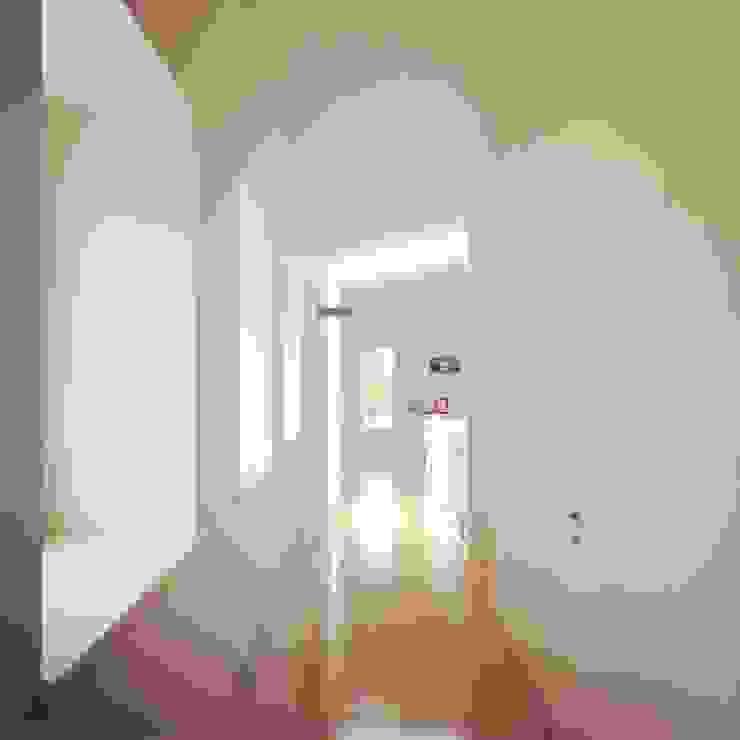 """il corridoio """"contenitore"""" Ingresso, Corridoio & Scale in stile mediterraneo di m12 architettura design Mediterraneo"""