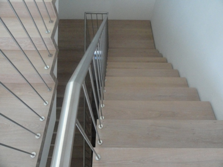 Treppen aus dem gleichen Holz wie Holzboden Klassischer Flur, Diele & Treppenhaus von Holz + Floor GmbH | Thomas Maile | Living with nature since 1997 Klassisch
