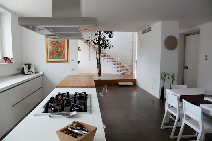 la zona pranzo Cucina in stile mediterraneo di m12 architettura design Mediterraneo