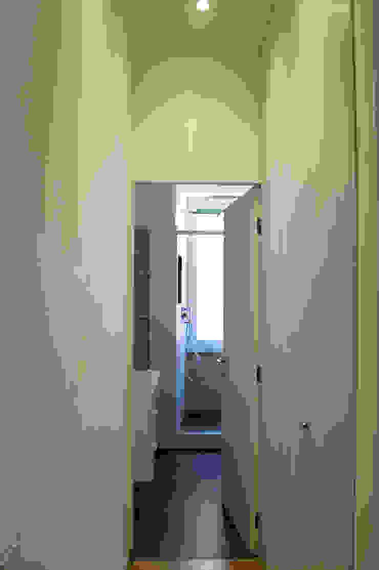 Appartamento LDT Ingresso, Corridoio & Scale in stile moderno di 07am architetti Moderno