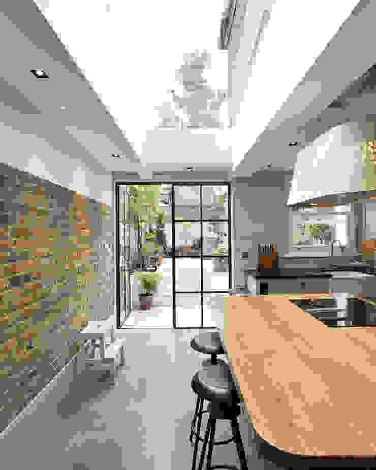 Whistler Street, London Modern kitchen by Peter Landers Photography Modern