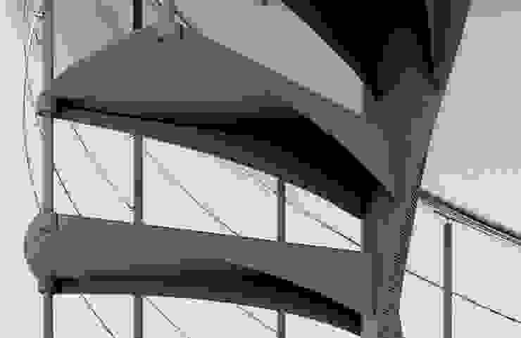 Escalera de caracol con eje helicoidal de Enesca Ecléctico