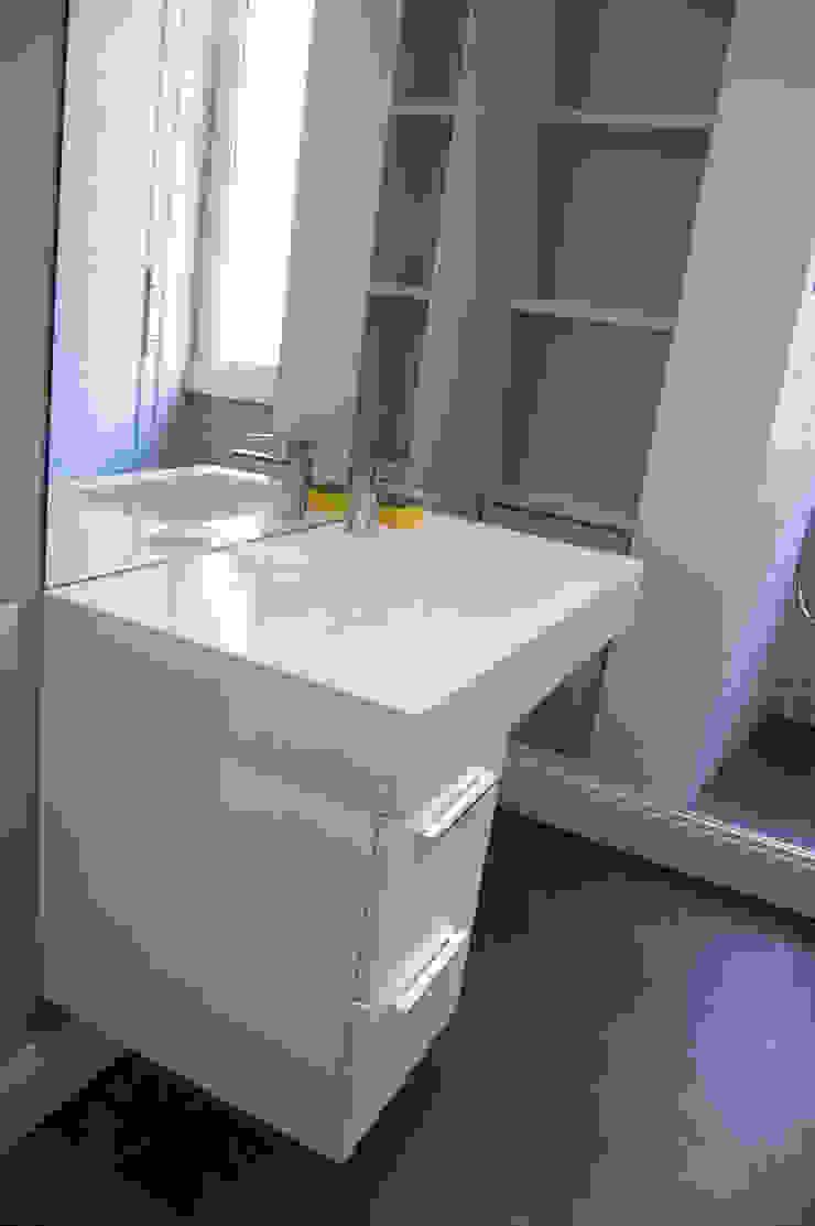 Appartamento LDT di 07am architetti Minimalista