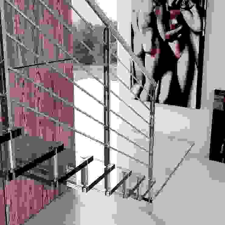Escalera de madera recta. de Enesca Moderno