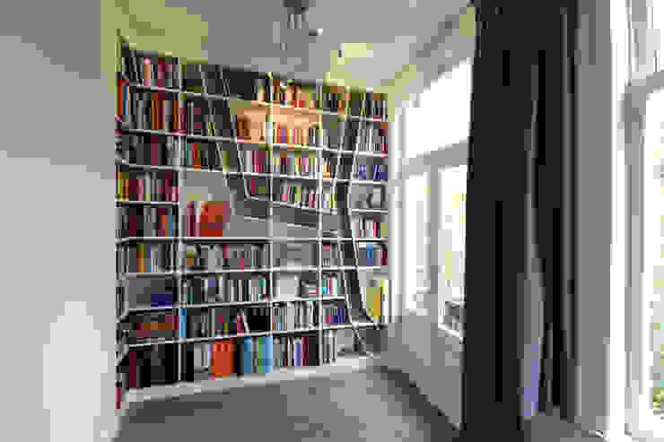 zicht vanuit woonkamer van Obliq Architectuur Minimalistisch