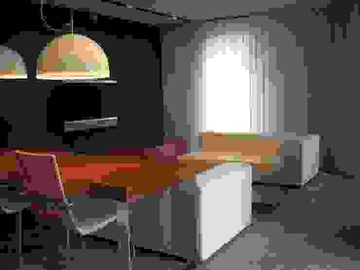 SALON PLANTA BAJA - VIVIENDA EN BARCELONA de LLOBET interiors Salones de estilo moderno de homify Moderno