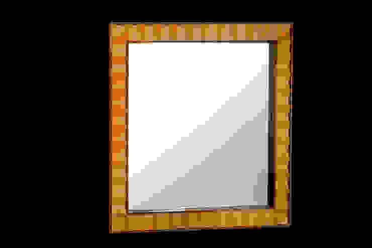 Walnut and boxwood mirror por Simon Harrison Furniture