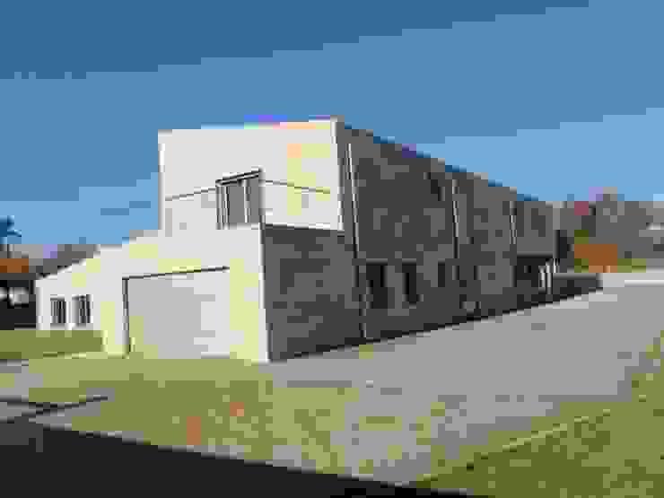 Vivienda unifamiliar en Tomiño, Pontevedra (Spain) Casas de estilo moderno de HUGA ARQUITECTOS Moderno