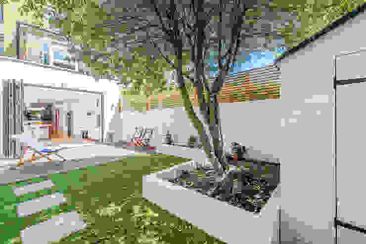 Rear Garden Giardino moderno di homify Moderno