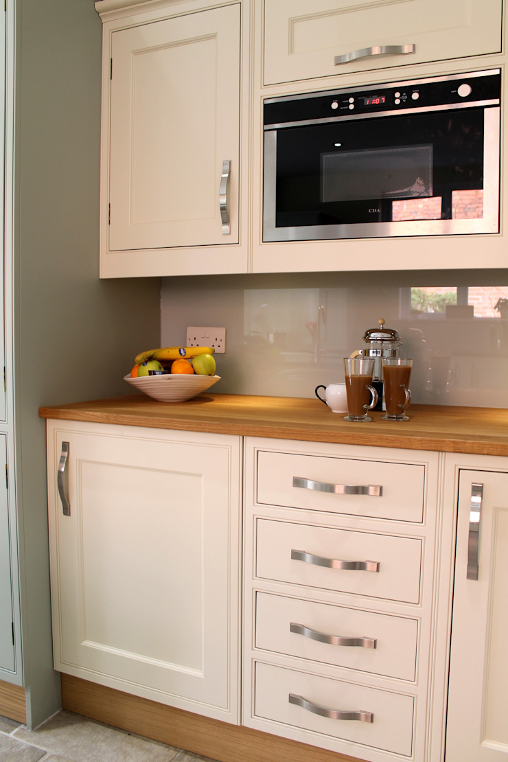 Mizzle and Lime White Kitchen Classic style kitchen by Krantz Designs Classic