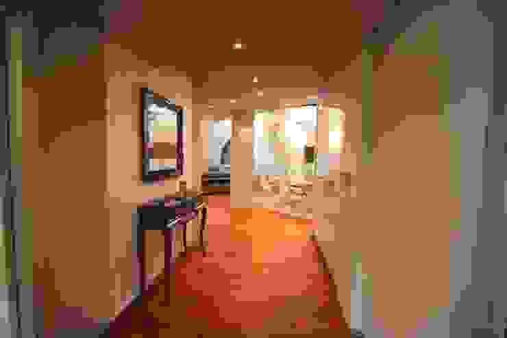 villa al lago Ingresso, Corridoio & Scale in stile moderno di GRETA DONIS Moderno