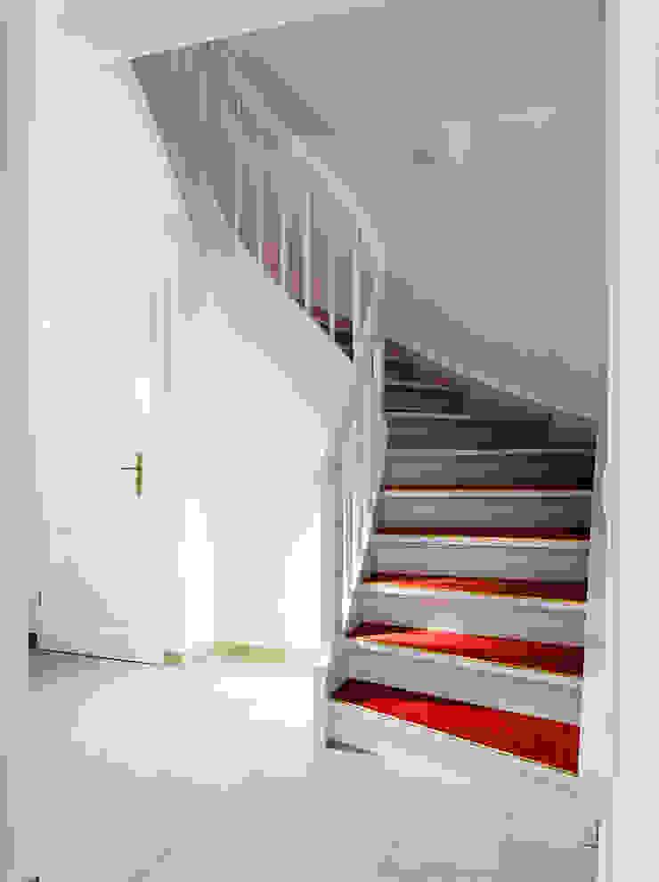 Weiße Treppe mit rotem Linoleum von Daniel Beutler Treppenbau Klassisch