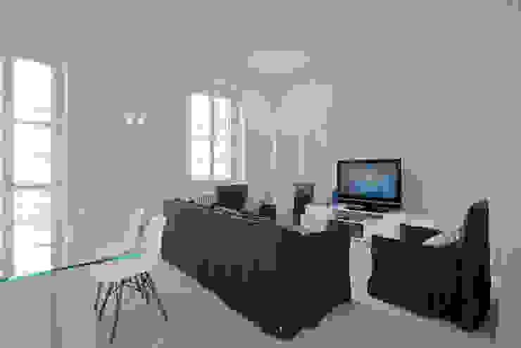 HOUSE FOR HOLIDAYS Sala multimediale minimalista di PAOLO FRELLO & PARTNERS Minimalista