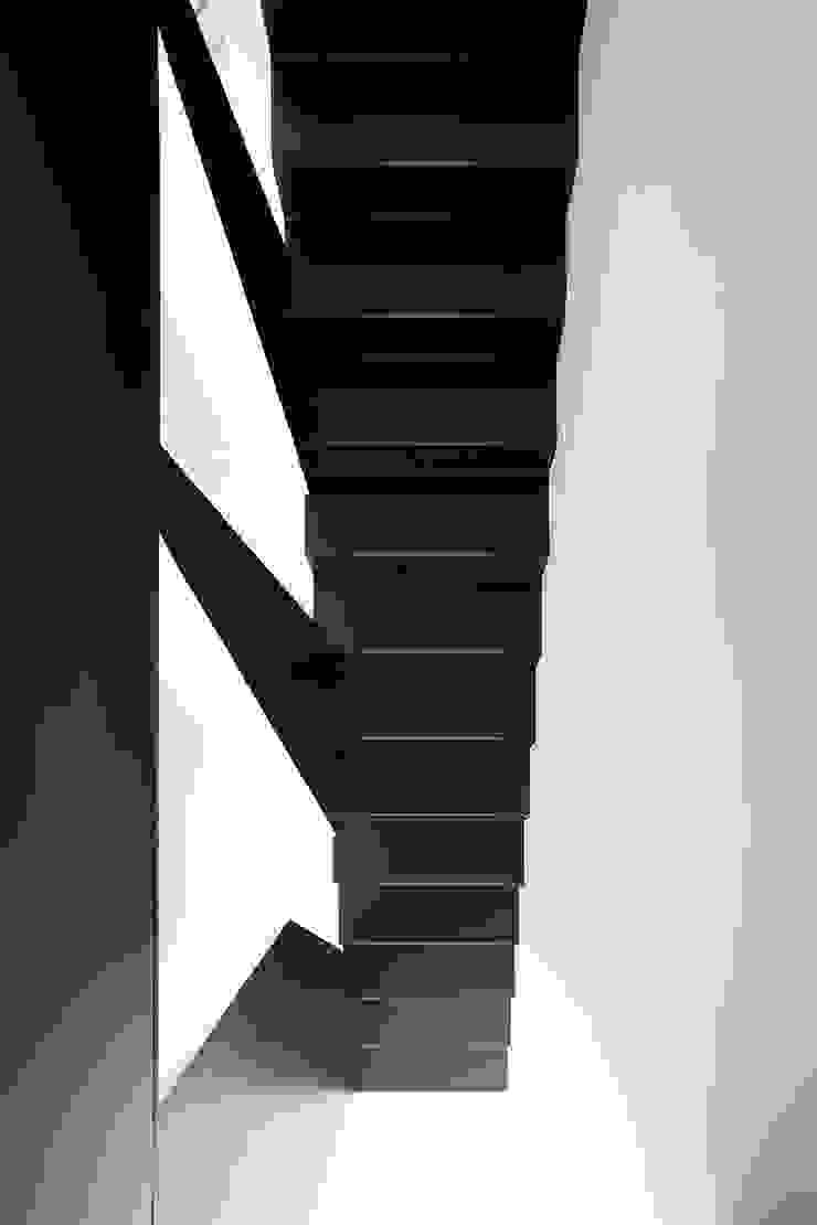 Cut House Ingresso, Corridoio & Scale di Bamboo Studio