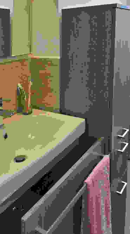 Dettaglio del mobile lavabo sospeso Bagno moderno di EMC2Architetti Moderno