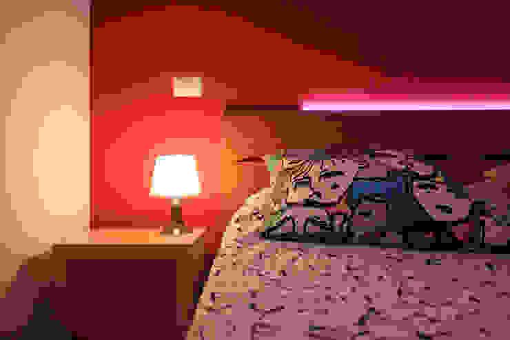 dettaglio della testiera illuminata nella camera da letto matrimoniale Camera da letto moderna di EMC2Architetti Moderno