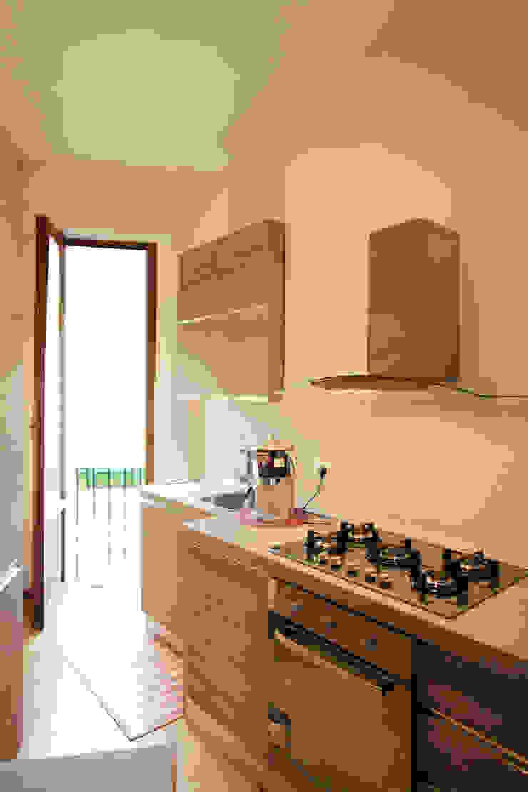 Vista della cucina Cucina moderna di EMC2Architetti Moderno