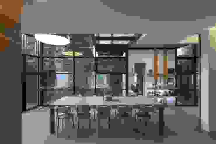 Concrete Table in Chalet Mineral Lodge Столовая комната в скандинавском стиле от Concrete LCDA Скандинавский