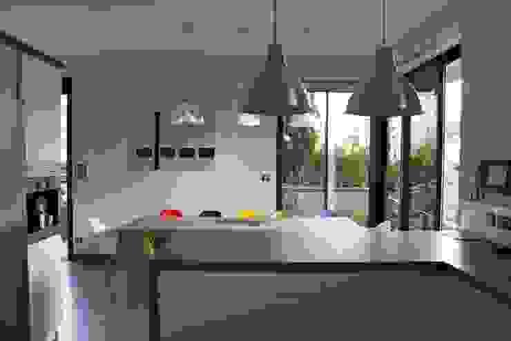 Cuisine en béton « minérale lisse », Côte d'Azur Cuisine moderne par Concrete LCDA Moderne