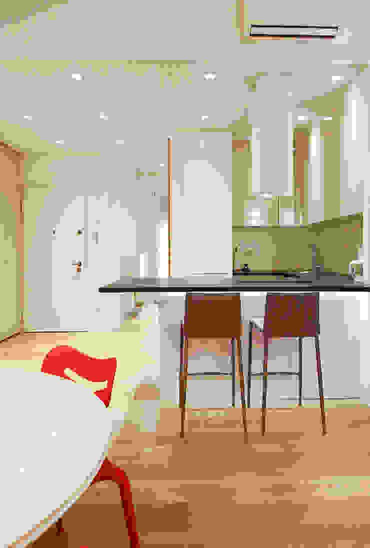 Ingresso Cucina minimalista di Filippo Colombetti, Architetto Minimalista Legno Effetto legno
