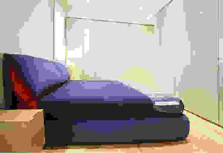 Camera Camera da letto minimalista di Filippo Colombetti, Architetto Minimalista Legno Effetto legno