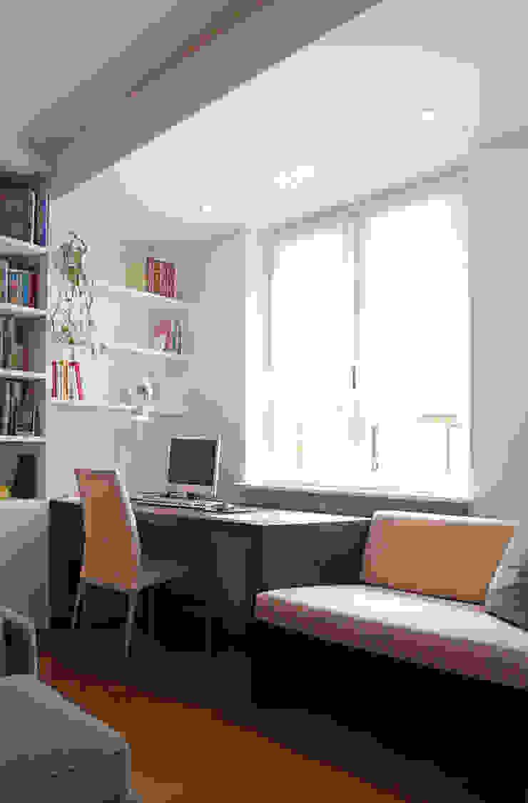 Scrittoio con seduta Studio minimalista di Filippo Colombetti, Architetto Minimalista Legno Effetto legno