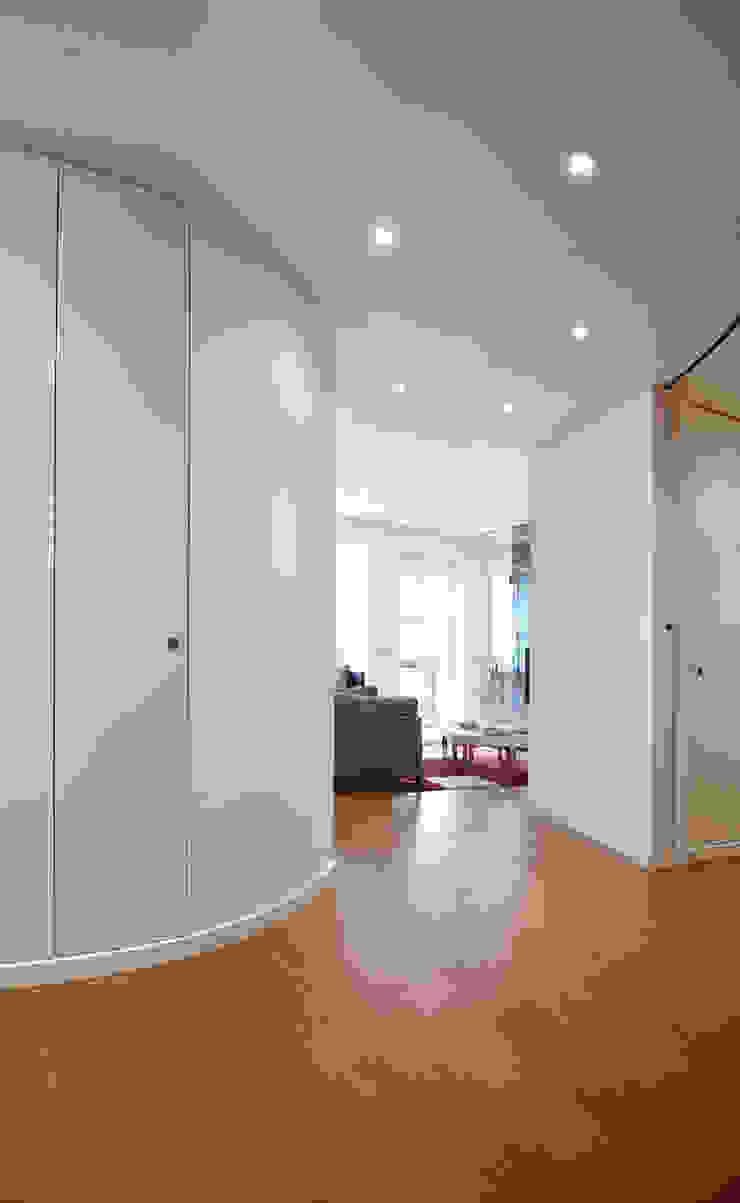 Ingresso curvo Ingresso, Corridoio & Scale in stile minimalista di Filippo Colombetti, Architetto Minimalista Legno Effetto legno