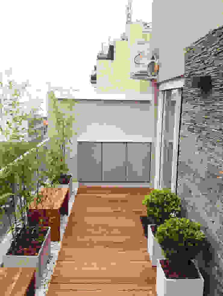 Modern Terrace by Estudio Nicolas Pierry: Diseño en Arquitectura de Paisajes & Jardines Modern