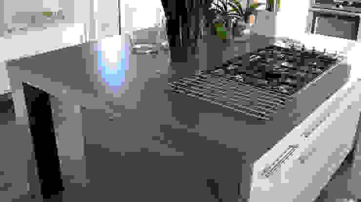 Concrete Island Kitchen โดย Concrete LCDA โมเดิร์น