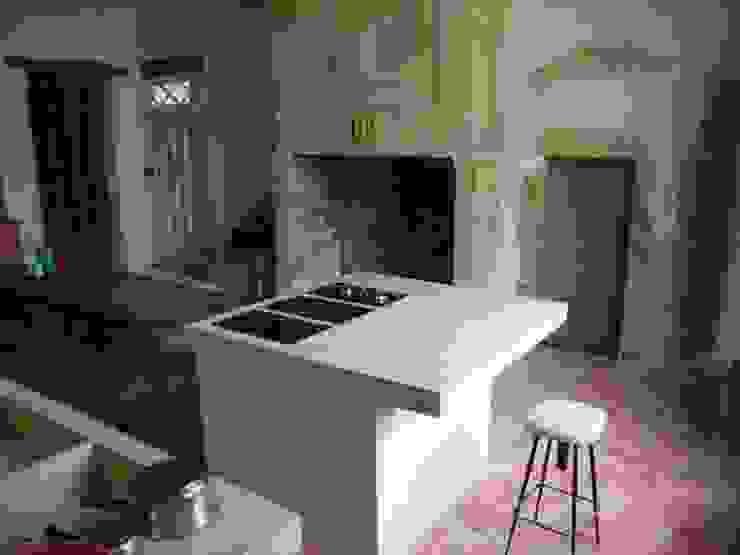 Cuisine classée du 13ème siècle en béton blanc Cuisine rustique par Concrete LCDA Rustique