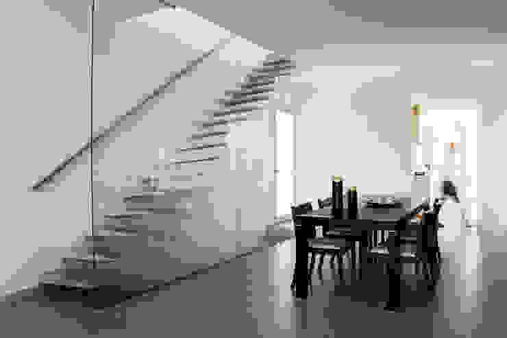 Escalera comedor Casas de estilo minimalista de homify Minimalista