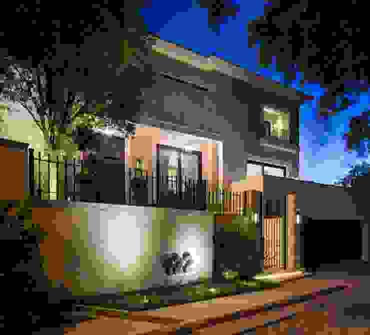 FACHADA PRINCIPAL Casas modernas de Rousseau Arquitectos Moderno