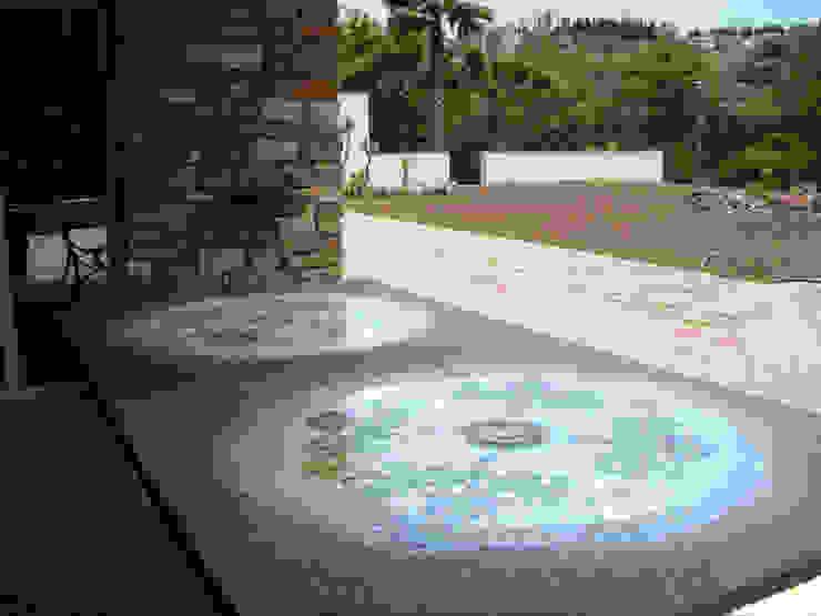 Tavolo in pietra lavica maiolicata decotrata a mano. homify GiardinoMobili