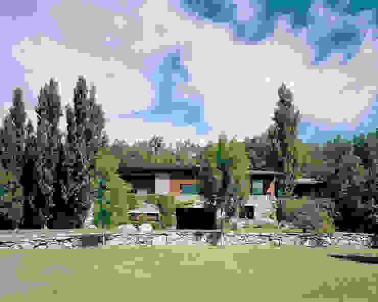 Vista frontal de la casa de SANTI VIVES ARQUITECTURA EN BARCELONA Rústico Madera Acabado en madera