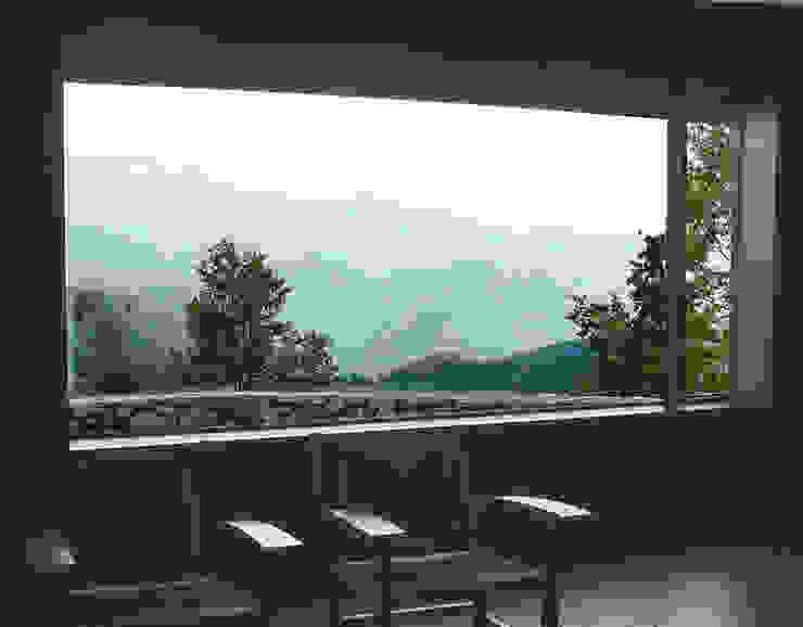 Vistas des de la sala de estar Salones de estilo rural de SANTI VIVES ARQUITECTURA EN BARCELONA Rural