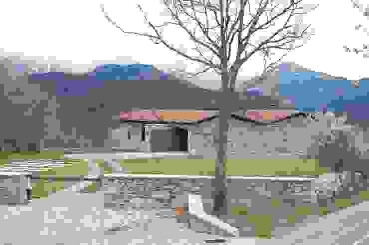 Acceso a la vivienda de SANTI VIVES ARQUITECTURA EN BARCELONA Rural Piedra